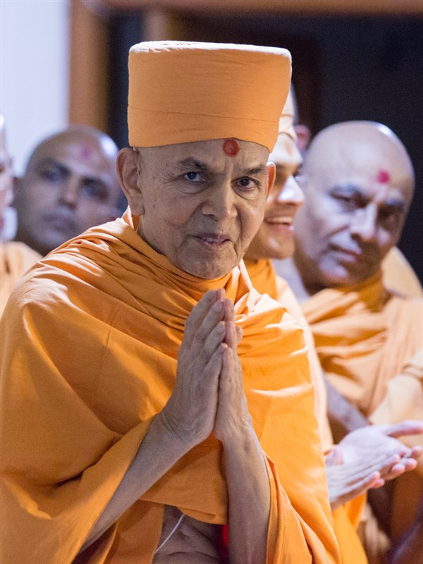 Swamishri greets devotees with 'Jai Swaminarayan' before departing from Ahmedabad