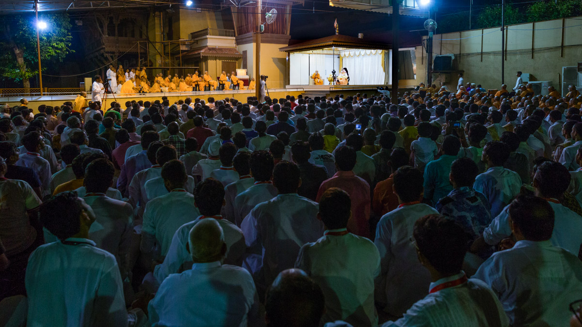 Devotees during the evening assembly