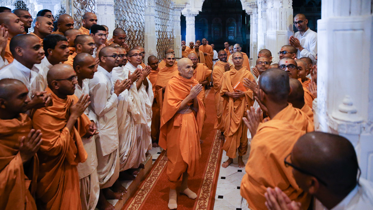 Swamishri greets sadhus and parshads with 'Jai Swaminarayan'