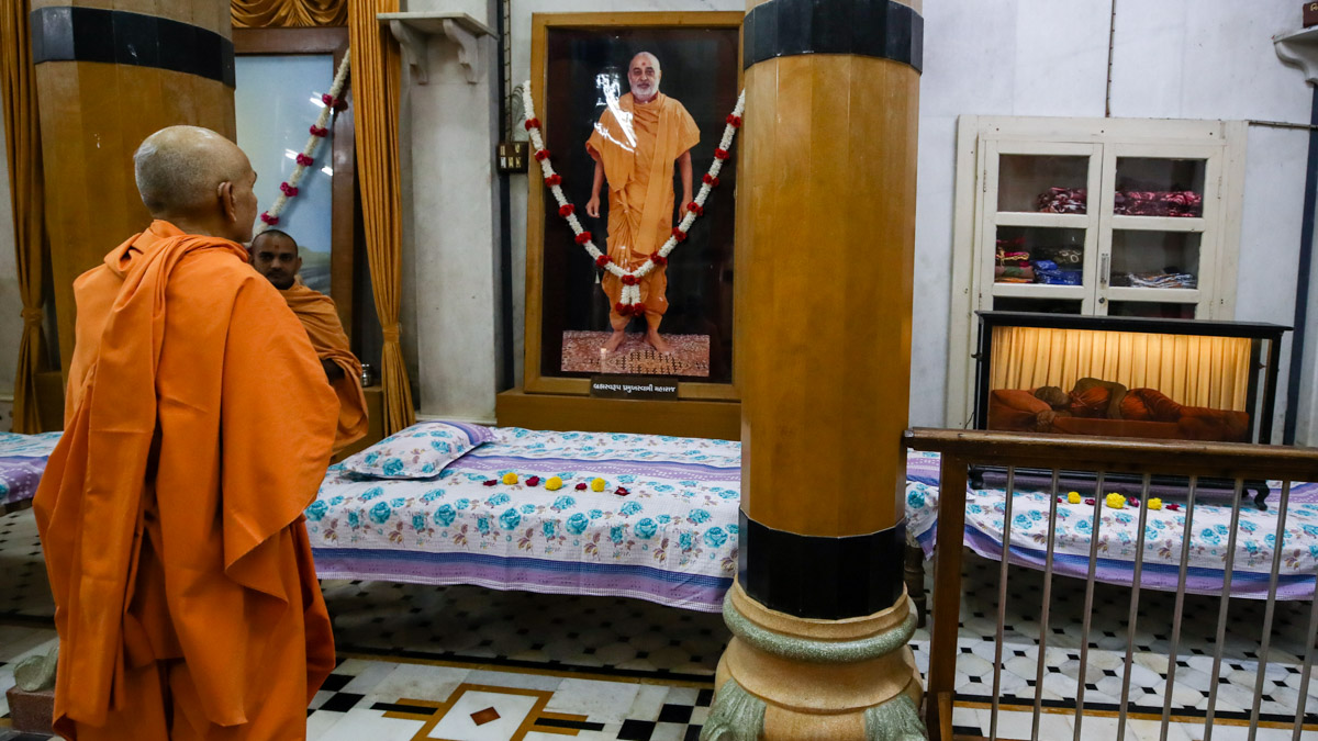 Swamishri engrossed in darshan of Brahmaswarup Pramukh Swami Maharaj in the Rang Mandap