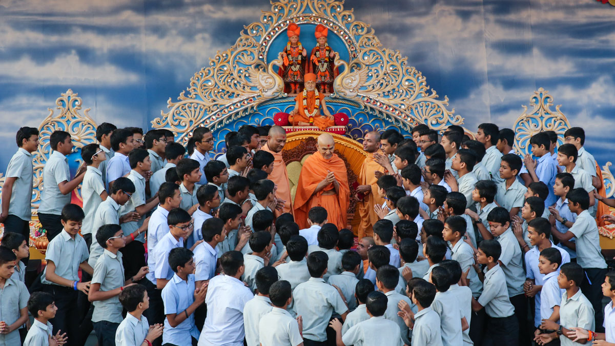 Students of BAPS Swaminarayan Vidyamandir, Sarangpur, doing darshan of Swamishri
