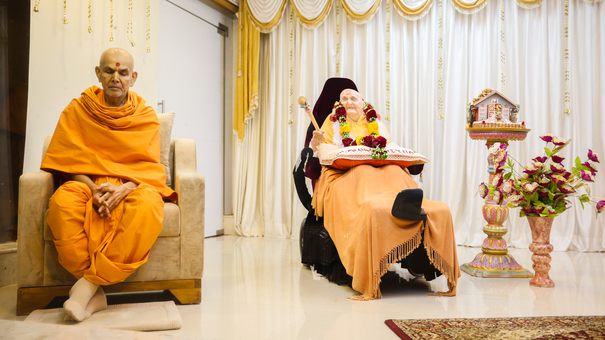 Swamishri sings ashtaks after the arti