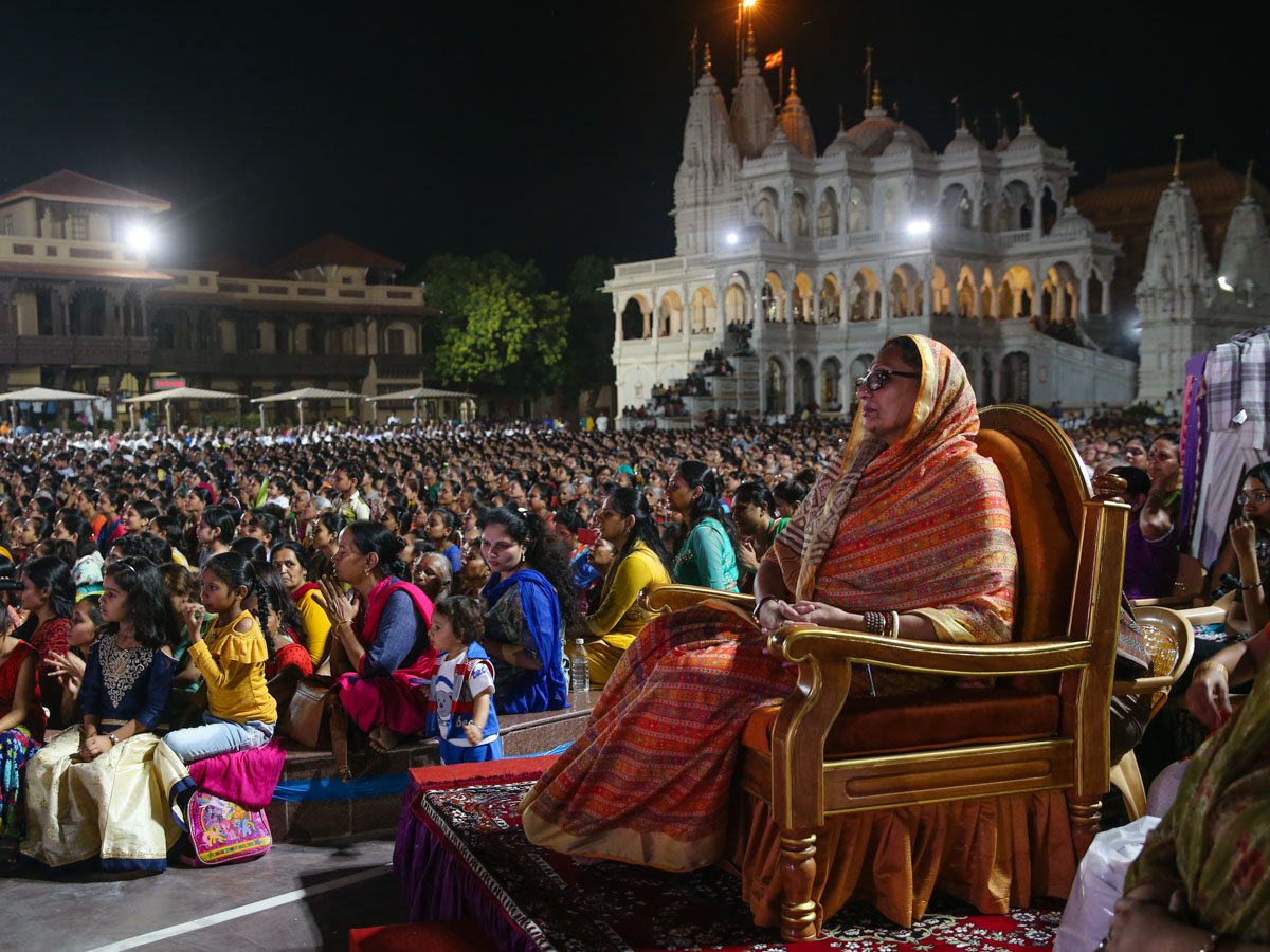 Pujya Nirmalaba, Paliyad, and devotees during the assembly