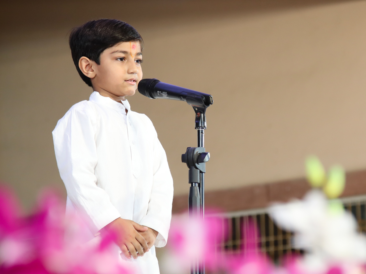 A child addresses the evening Bal Din assembly