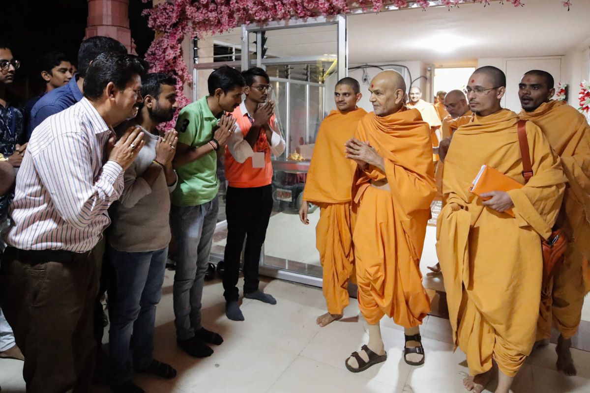 On his way to the evening assembly, Swamishri greets devotees with 'Jai Swaminarayan'