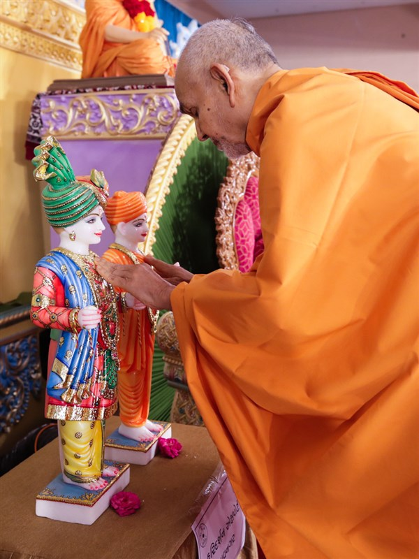 Swamishri performs the pratishtha rituals of the murtis