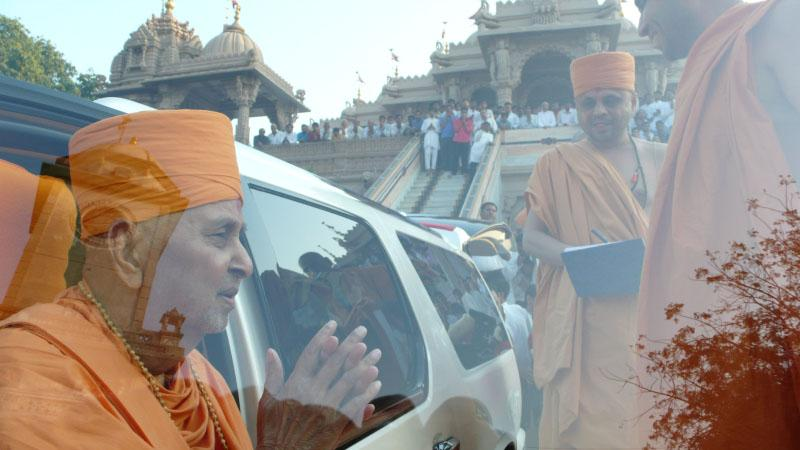 Swamishri departs from Atladra