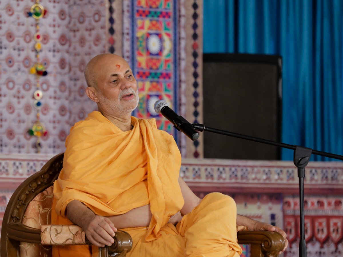 Pujya Viveksagar Swami delivers a discourse in the evening satsang assembly