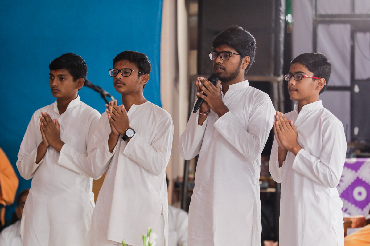 Youths present mukhpath before Swamishri