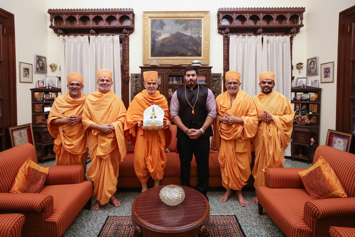 Shri Jaiveerrajsinh Gohil with Swamishri and sadhus