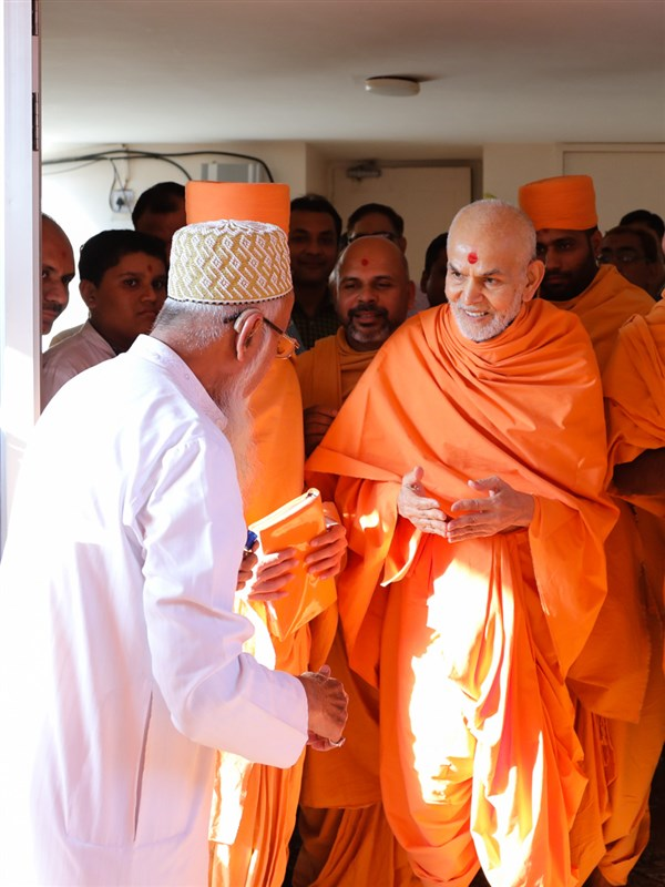 Swamishri blesses devotees and well-wishers
