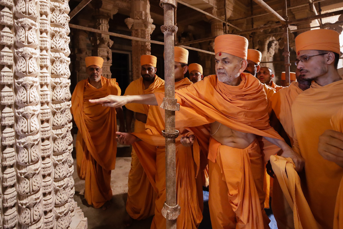 Swamishri observes the construction work