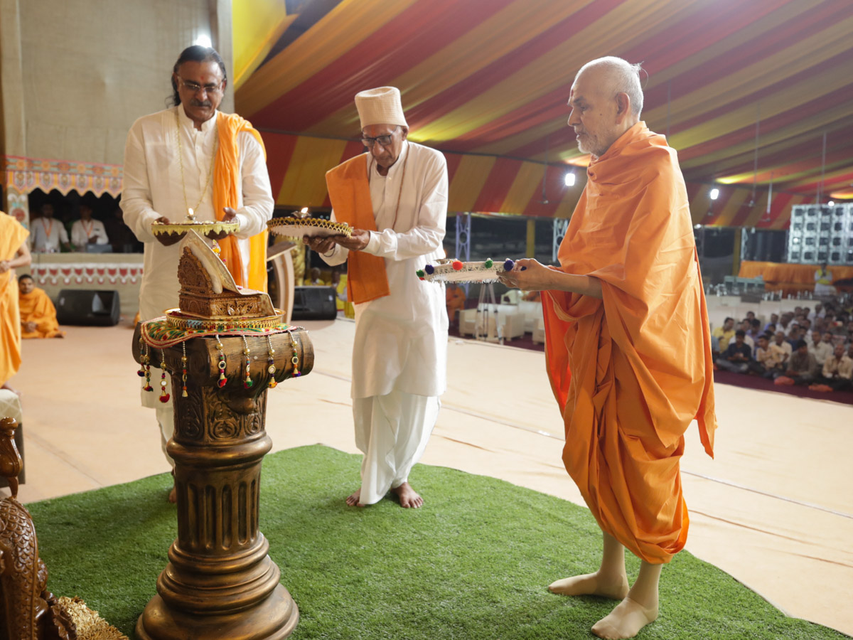 Swamishri and dignitaries perform arti