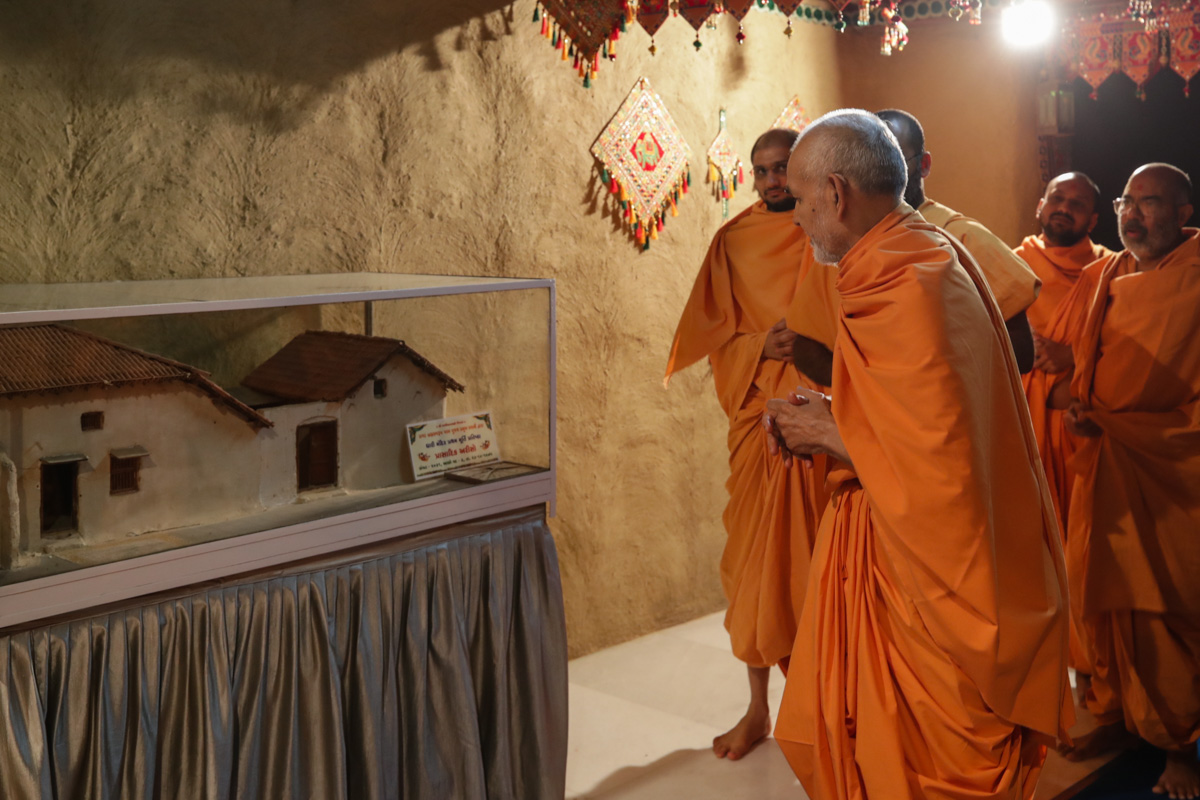 Swamishri observes a model of Brahmaswarup Yogiji Maharaj's birthplace