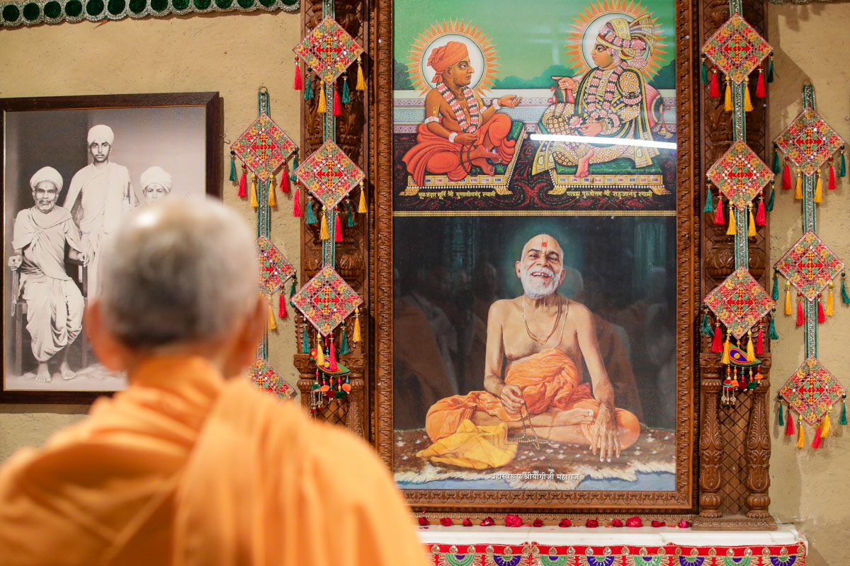 Swamishri engrossed in darshan at Brahmaswarup Yogiji Maharaj's birthplace