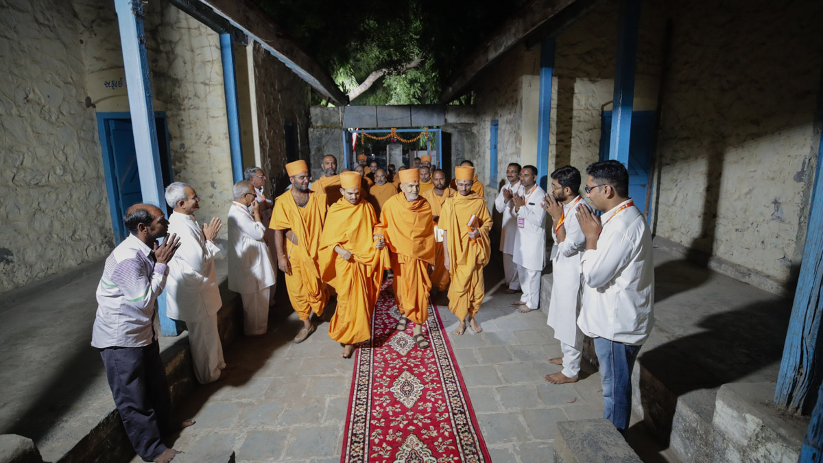 Swamishri and sadhus visit the school where Yogiji Maharaj studied