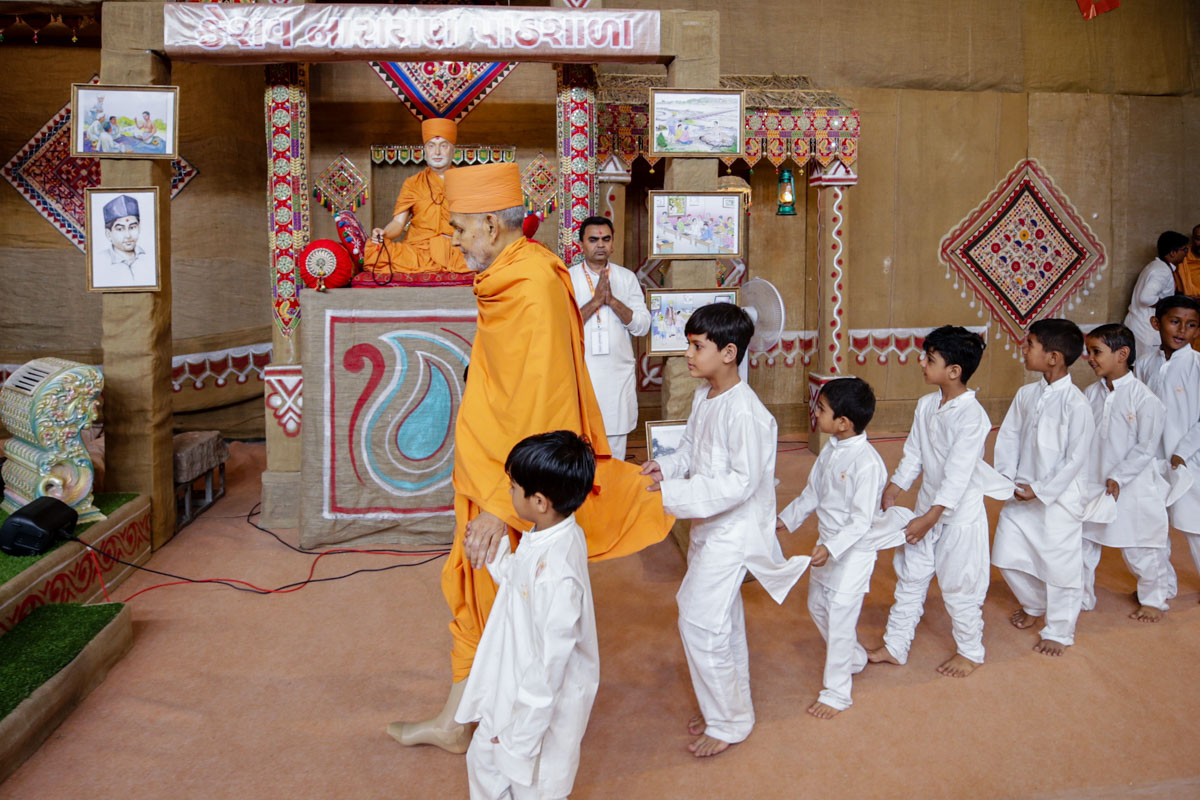 Swamishri arrives in the evening Bal Din assembly