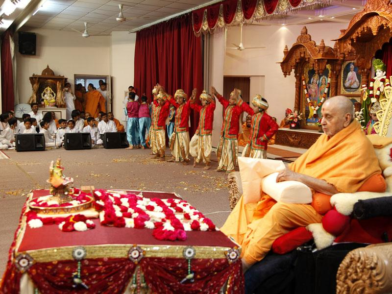 During Swamishri's morning puja kids perform a dance