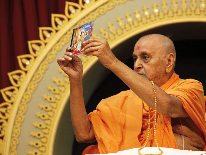 Swamishri inaugurates a new Mp3 CD 'Bal Geetmala'