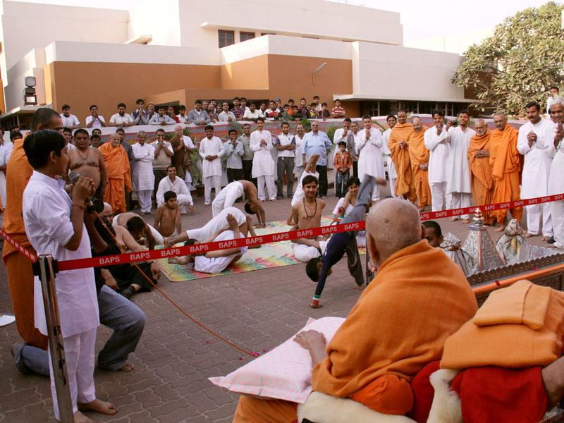 Kids present yoga asans before Swamishri