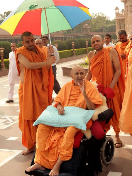 Swamishri observes the complex