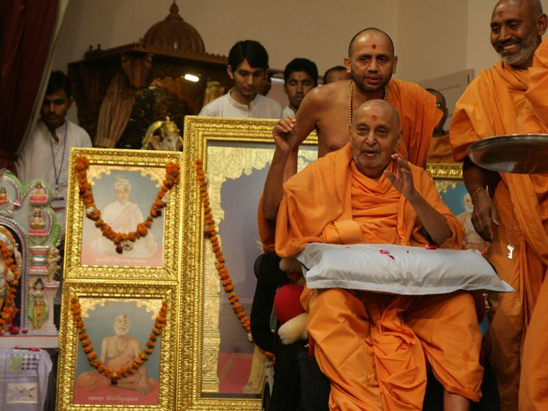 Swamishri blesses devotees from Bavla