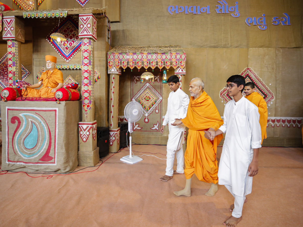 Swamishri arrives in the evening satsang assembly