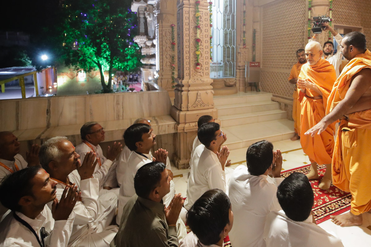 Devotees doing darshan of Swamishri in the mandir pradakshina