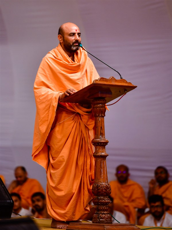 Adhyatmaswarup Swami addresses the assembly