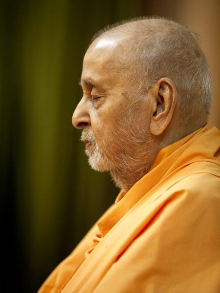 Swamishri engaged in dhyan
