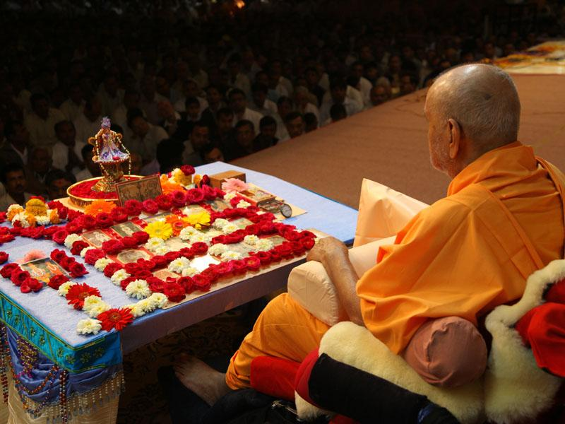 ... chants the Swaminarayan mahamantra
