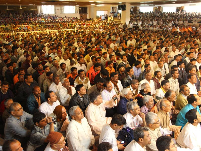 Devotees during Swamishri's puja darshan