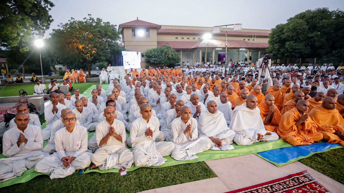 Sadhus, parshads, sadhaks and devotees doing Swamishri's puja darshan