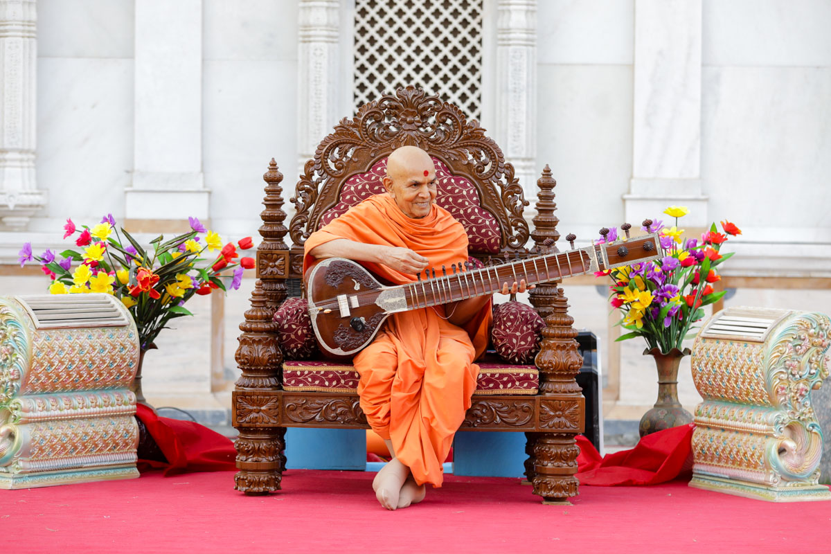 Swamishri sanctifies a sitar