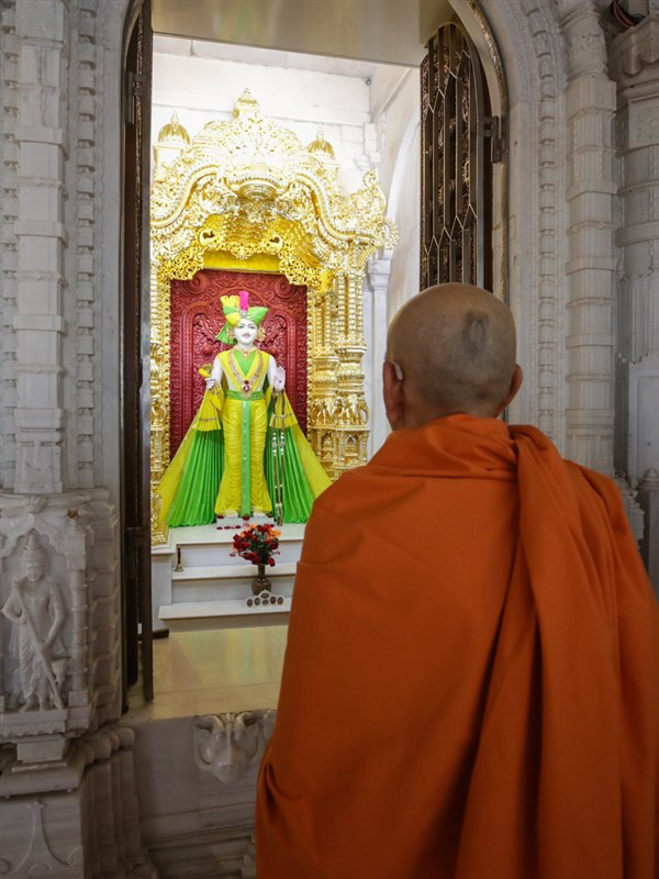 Swamishri engrossed in darshan of Shri Ghanshyam Maharaj before departing from Gadhada
