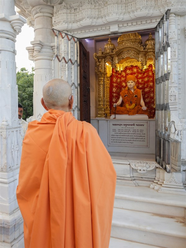 After darshan of Brahmaswarup Pramukh Swami Maharaj Swamishri departs from Gadhada