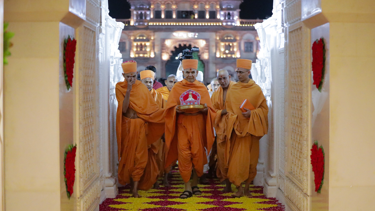 Swamishri arrives at the Akshar Deri