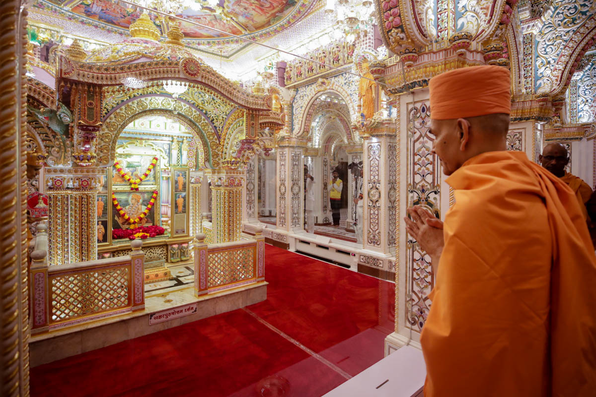 Swamishri doing darshan in the Akshar Deri