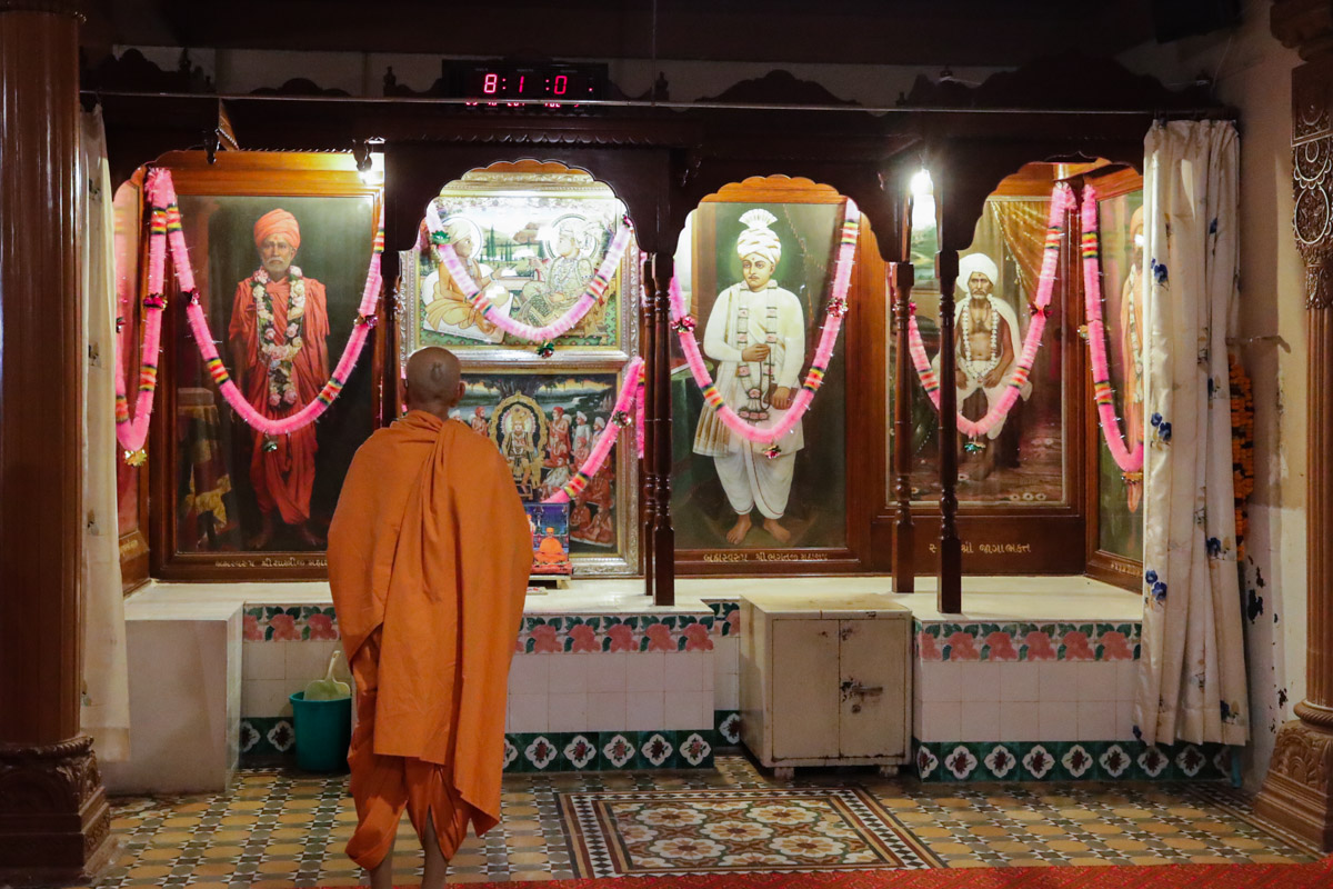 Swamishri doing darshan in the sabha mandap