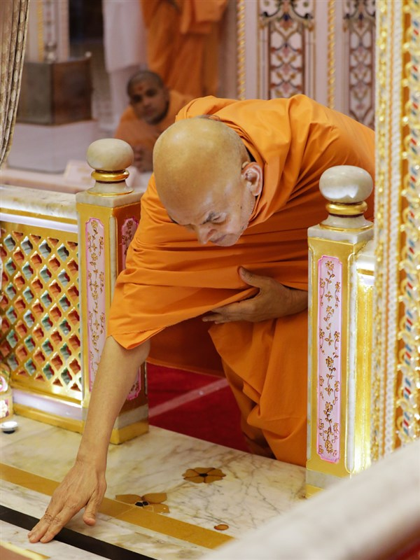 Swamishri engrossed in darshan of the Akshar Deri