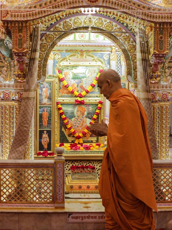 Swamishri performs pradakshina of the Akshar Deri