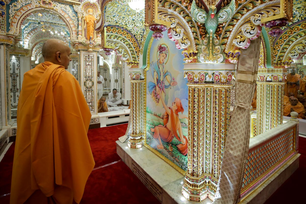Swamishri doing darshan of Akshar Deri