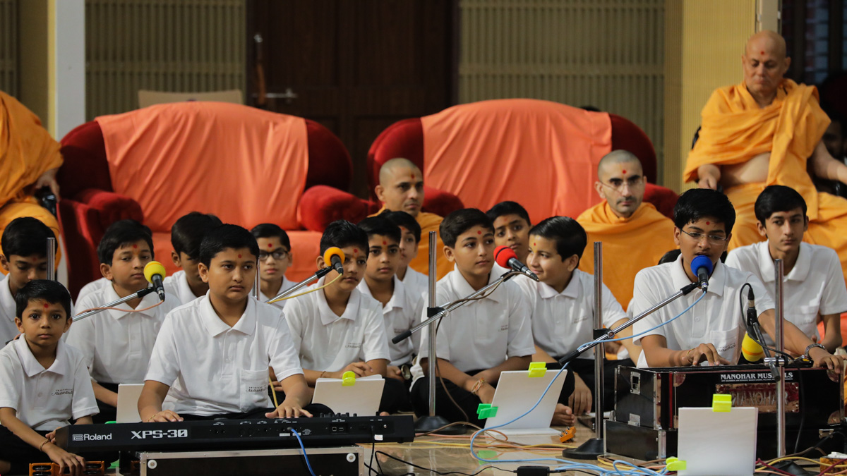 Students of BAPS Swaminarayan Vidyamandir, sing kirtans in Swamishri's morning puja