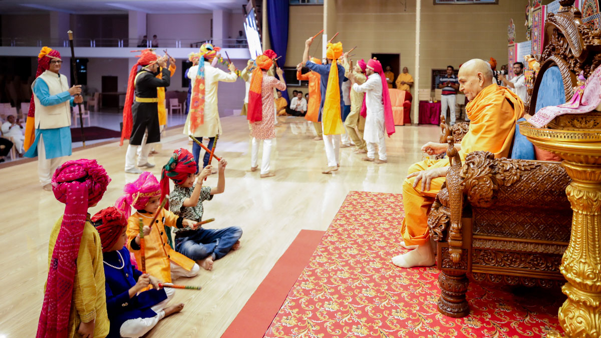 Children and devotees perform ras