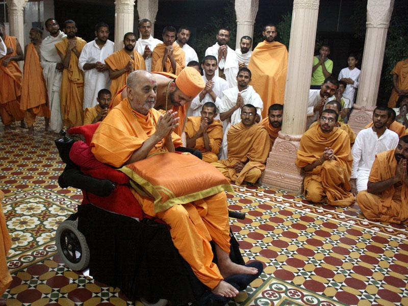 Swamishri engaged in darshan of Thakorji in sabha mandap