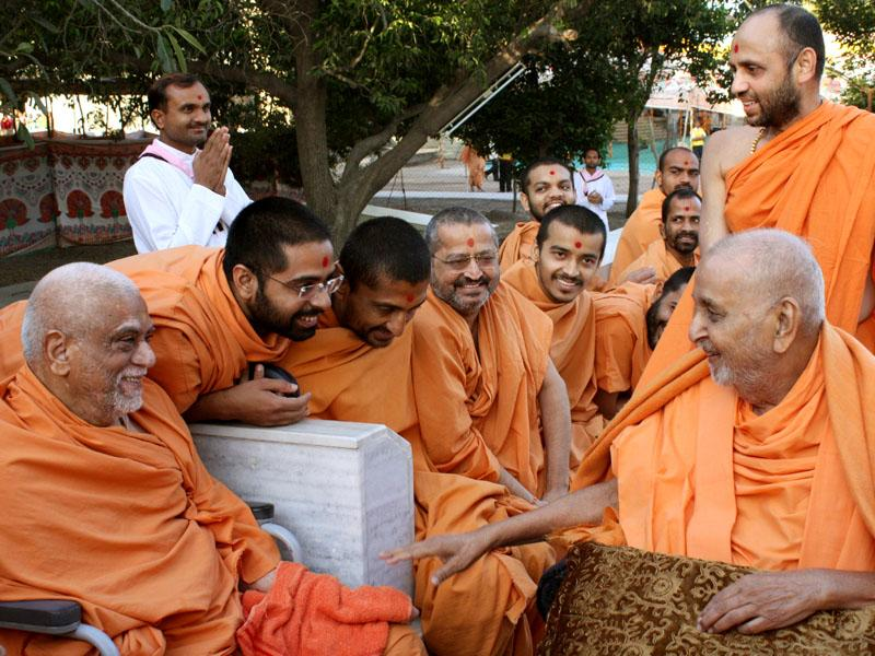 Swamishri bids Jai Swaminarayan to sadhus and parshads at Yagnapurush Smruti Mandir