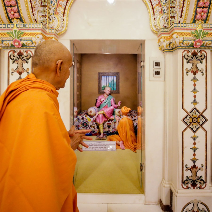 Swamishri observes a display of Bhawan Swaminarayan with Gunatitanand Swami in the Akshar Deri