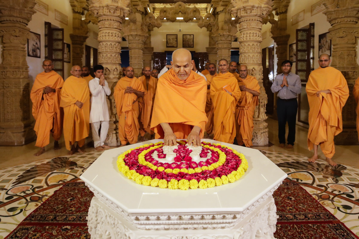 Swamishri engrossed in darshan in the Yogi Smruti Mandir