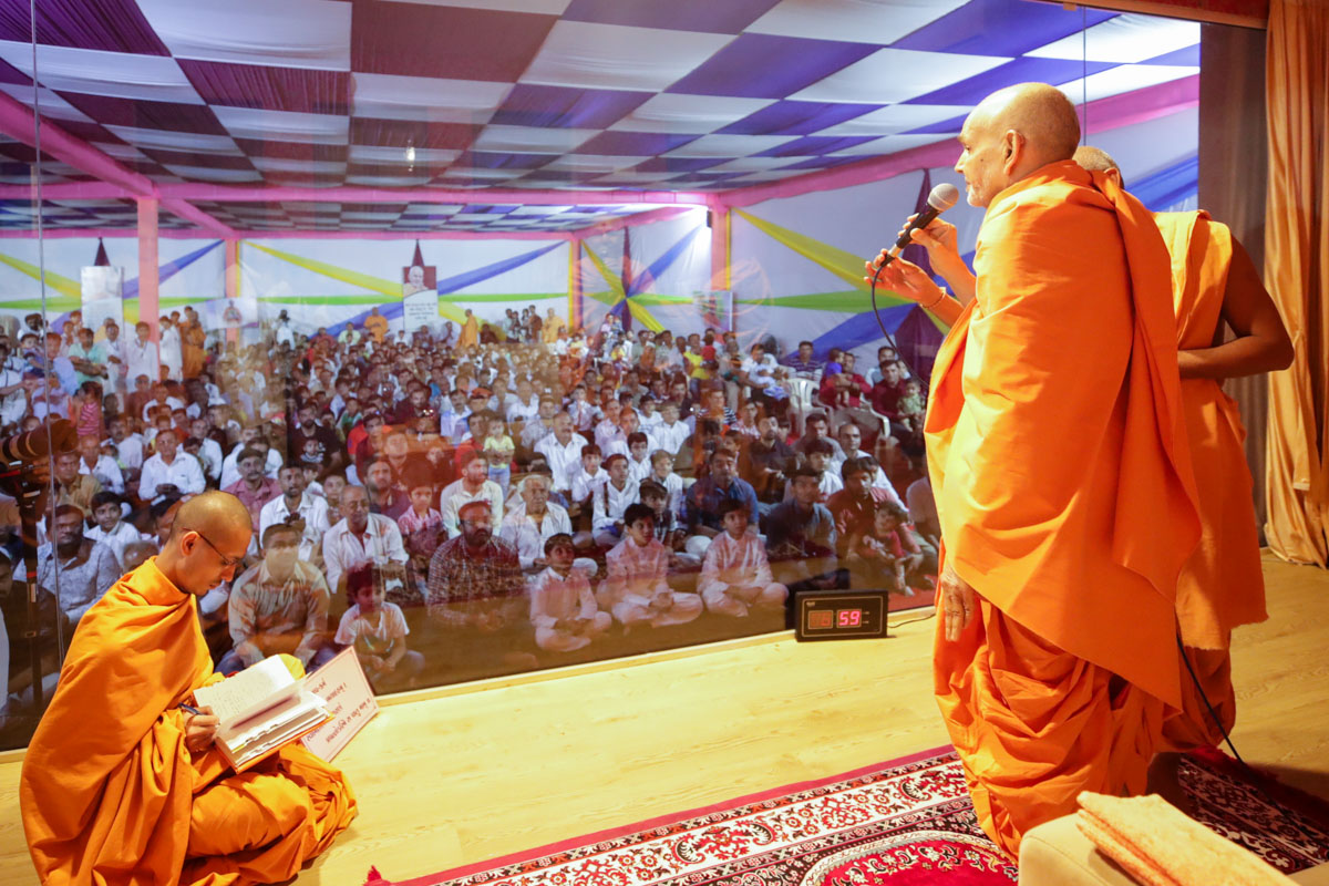 Swamishri gives vartman to children and devotees