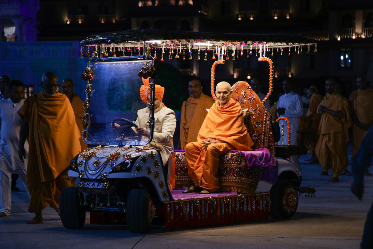 Swamishri on his way for daily puja
